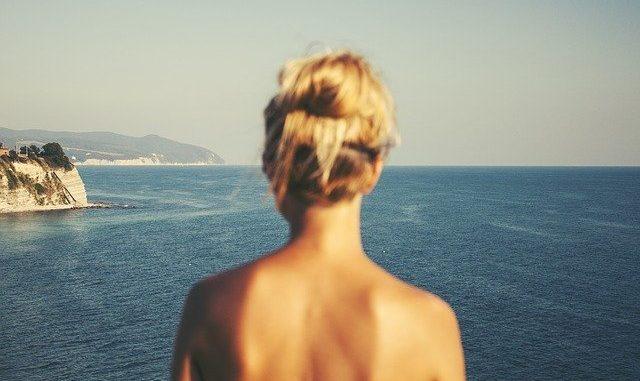 femme de dos devant la mer bien-etre